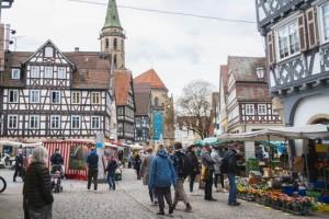 Der Schorndorfer Wochenmarkt vor herrlicher Fachwerkkulisse.