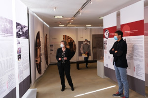 Dr. Andrea Bergler und Oberbürgermeister Matthias Klopfer betrachten die Ausstellung