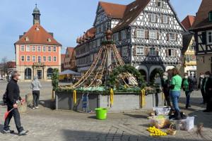 Die Landfrauen schmücken den Osterbrunnen auf dem Marktplatz