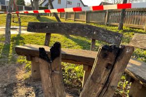 """Brandschaden am Picknicktisch auf dem Spielplatz """"Tannbachhalle""""."""