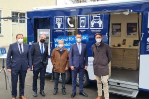 Vertreter von Volksbank und Stadt eröffnen den Standort des Bankmobils in Haubersrbonn