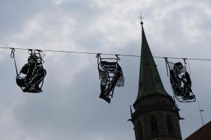 Nina Joanna Bergold: Figuren aus schwarzer PVC-Folie