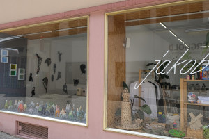 Kleine Formate im Kunstraum (links): Die beteiligten Künstlerinnen und Künstler präsentieren ihre Objekte und Bilder im jacob Concept Store. Dazu Kataloge, Kunstpostkarten und Infomaterial des Projekts. Infos gibt es unter www.jakob-conceptstore.de oder d