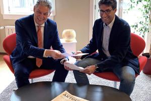 Ullrich Villinger und Matthias Klopfer bei der Vertragsunterzeichnung.