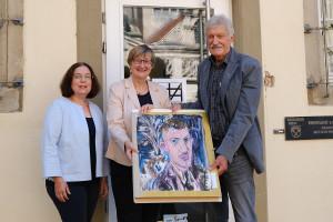 Sonja Schnaberich-Lang, Dr. Andrea Bergler und Konrad Oberle mit einem Selbstporträt von Werner Oberle aus seiner Zeit als Studierender.