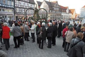 Hocketse am Osterbrunnen auf dem Marktplatz