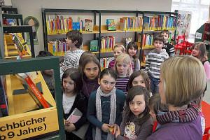 Drittkläsler der Künkelinschule in der Stadtbücherei