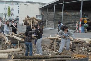 SchülerInnen beim Schälen von Baumstämmen