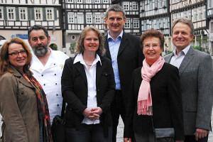 Stadtführerinnen Sylvia Gerst (links) und Verena Siemon (2.v.r.) führen die Gäste bei der kulinarischen Entdeckungstour