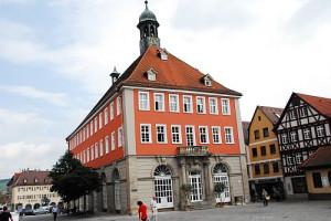 Der Blick auf das energetisch sanierte Rathaus ist wieder frei.