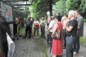 Viele Anlieger informieren sich an Ort und Stelle über die Pläne zum Ausbau der Uhlandstraße