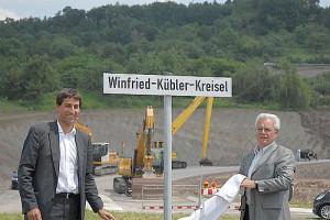 OB Matthias Klopfer (links) und sein Amtsvorgänger stellen den Kreisel vor