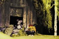 """Figuren auf der Bühne bei dem Theaterspiel """"Das Häuschen von Igel, Hahn und Mäuschen"""""""
