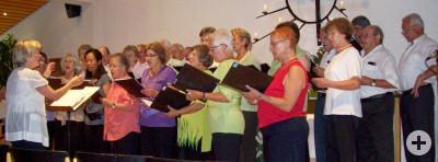 Mehrere Personen von Sängerlust Miedelsbach stehen auf einer Bühne und singen