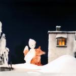 """Figuren auf der Bühne beim Theaterspiel """"Das Schneemädchen"""""""