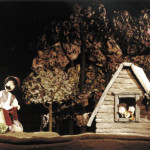 """Figuren auf einer Bühne bei dem Theater """"Stan Bolovan und der Riese"""""""