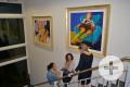 Kunstaustellung mit drei Besuchern in der APB Kunstgalerie