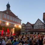 Eine Bühne auf dem Marktplatz bei der SchoWo mit vielen Besuchern und dem Rathaus im Hintergrund