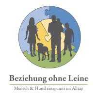 Logo von Beziehung ohne Leine mit einigen Personen und einem Hund im Hintergrund