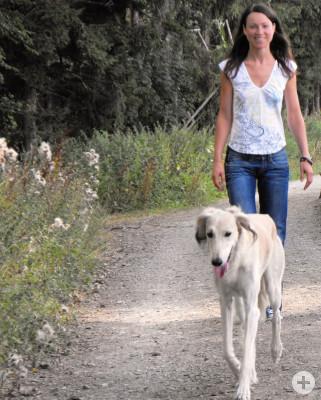 Frau geht mit einem Hund Gassi