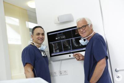 Dr. Beniashvili und Prof. Dr. Dr. Wangerin bei einer Fallbesprechung