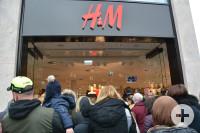 Die ersten Besucherinnen und Besucher der H&M-Filiale am Freitagmorgen.