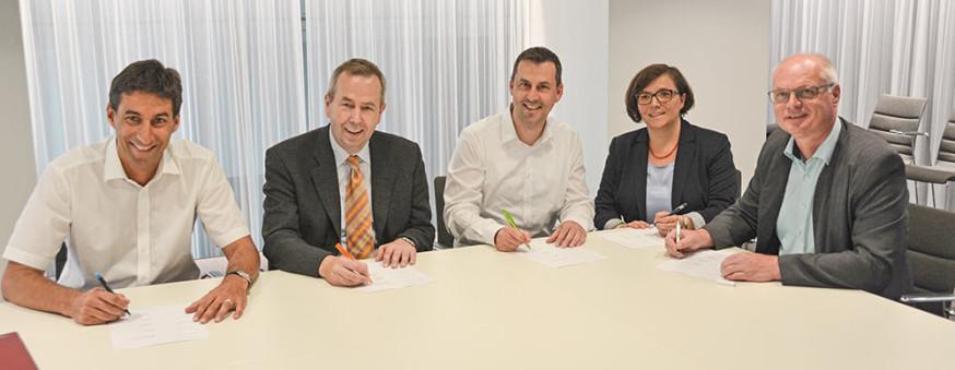 Matthias Klopfer, Ulrich Scheurer, Sven Müller, Martina Fehrlen und Reinhard Molt (v.l.) bei der Unterzeichung.