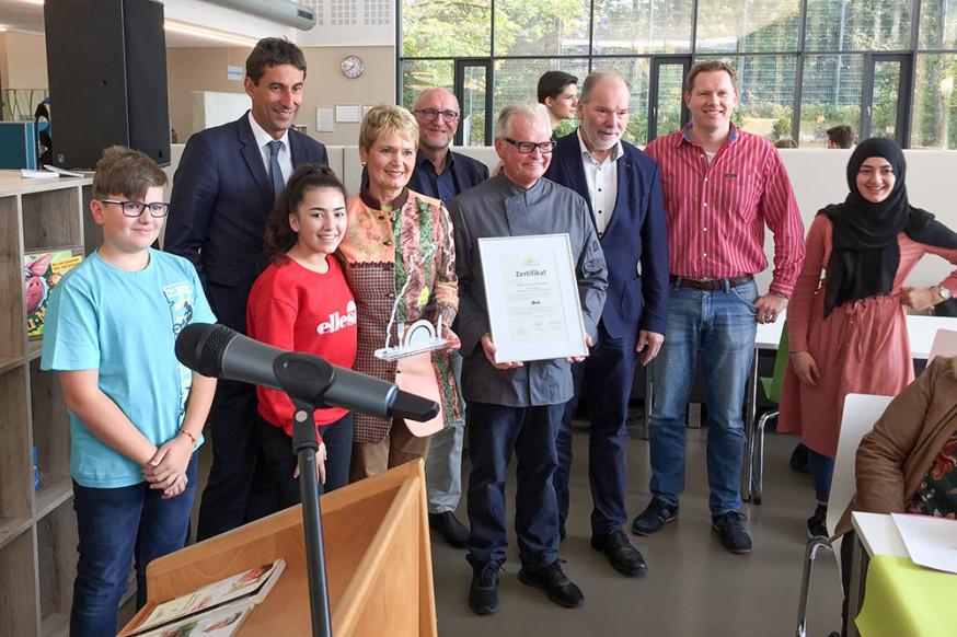 Staatssekretärin Friedlinde Gurr-Hirsch (4.v.l.) überreichte die Auszeichnung.