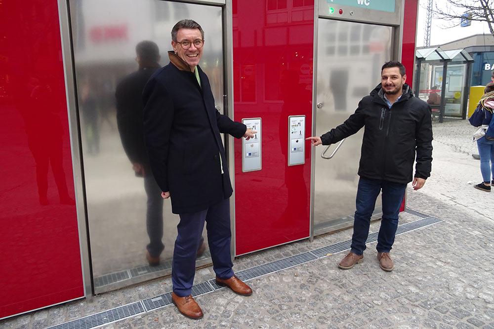 Bürgermeister Thorsten Englert und Malik Hündür, zuständiger Projektleiter im Fachbereich Gebäudemanagement vor der neuen WC-Anlage am Schorndorfer Karlsplatz.