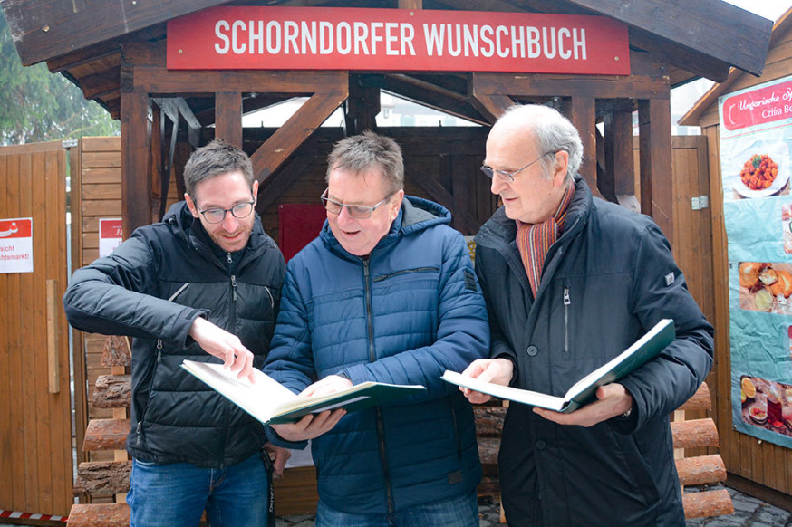 Blick in die Wunschbücher: Andreas Fink, Ulrich Fink, Waldemar Junt (v.l.).