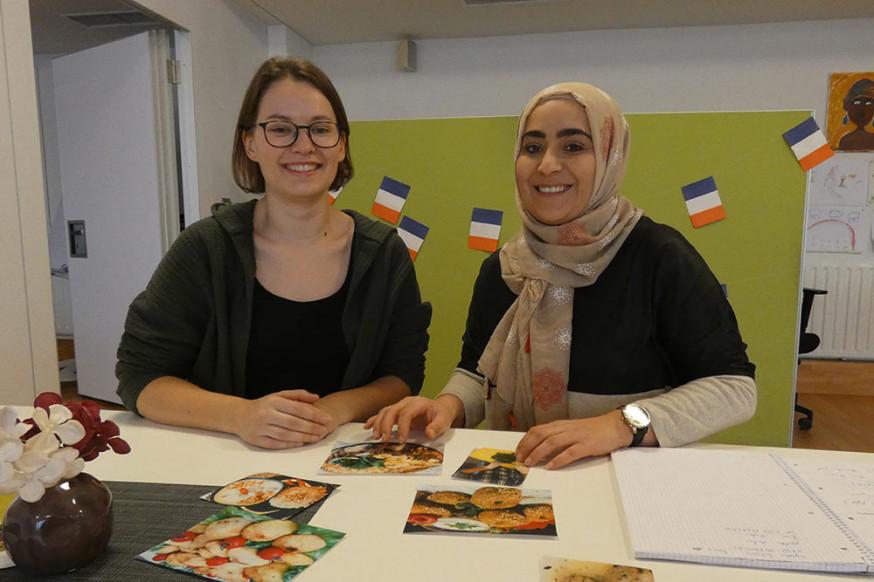 Magdalena Lingel und Mesude Yalcin (v.l.) stellen das Kochbuchprojekt des ZiB vor.