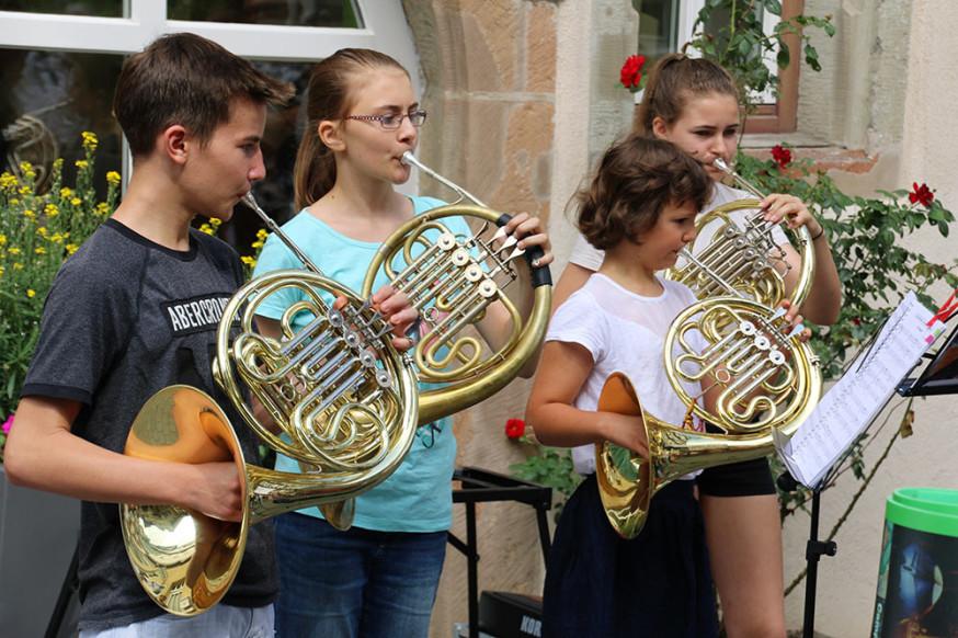 Die Horngruppe bei einem Auftritt in der Innenstadt.