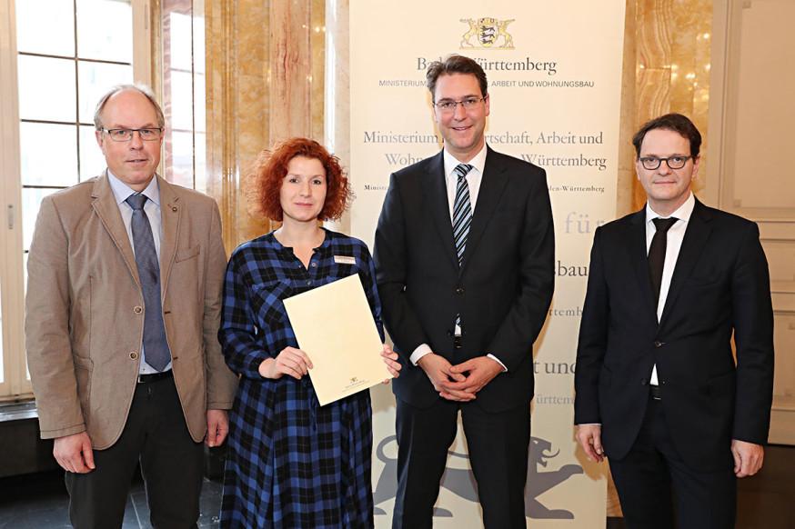Matthias Funk, Stefanie Böhm und Dr. Richard Sigel bekommen den Förderbescheid für die Lernfabrik von Ministerialdirektor Michael Kleiner (r.).