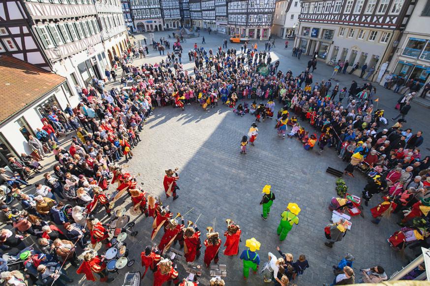Blick vom Rathaus auf das Narrentreiben: Die Donzdorf'r Noda-Biag'r unterhalten das Publikum.