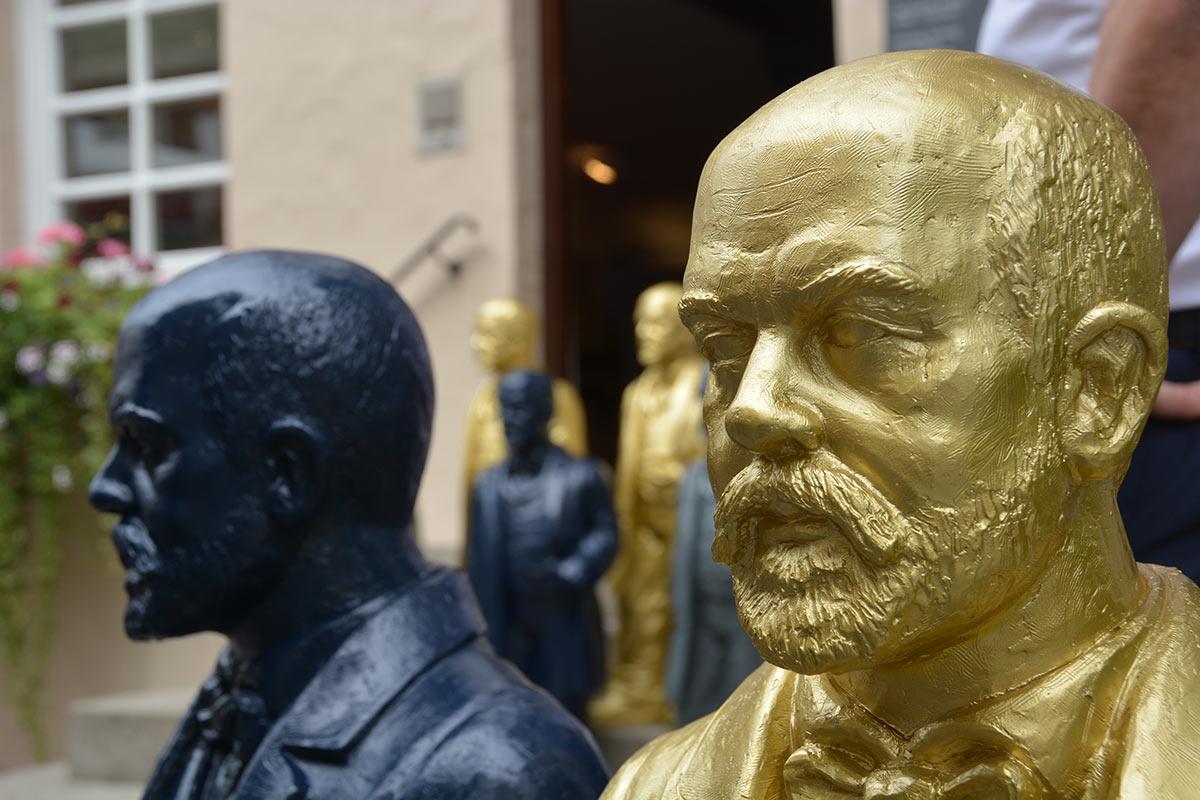 Die Daimler-Skulpturen gibt es in Gold, Blau und Grau.