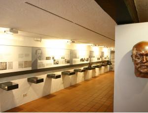 Ausstellungsraum mit zahlreichen Exponaten im Gottlieb Daimler Geburtshaus