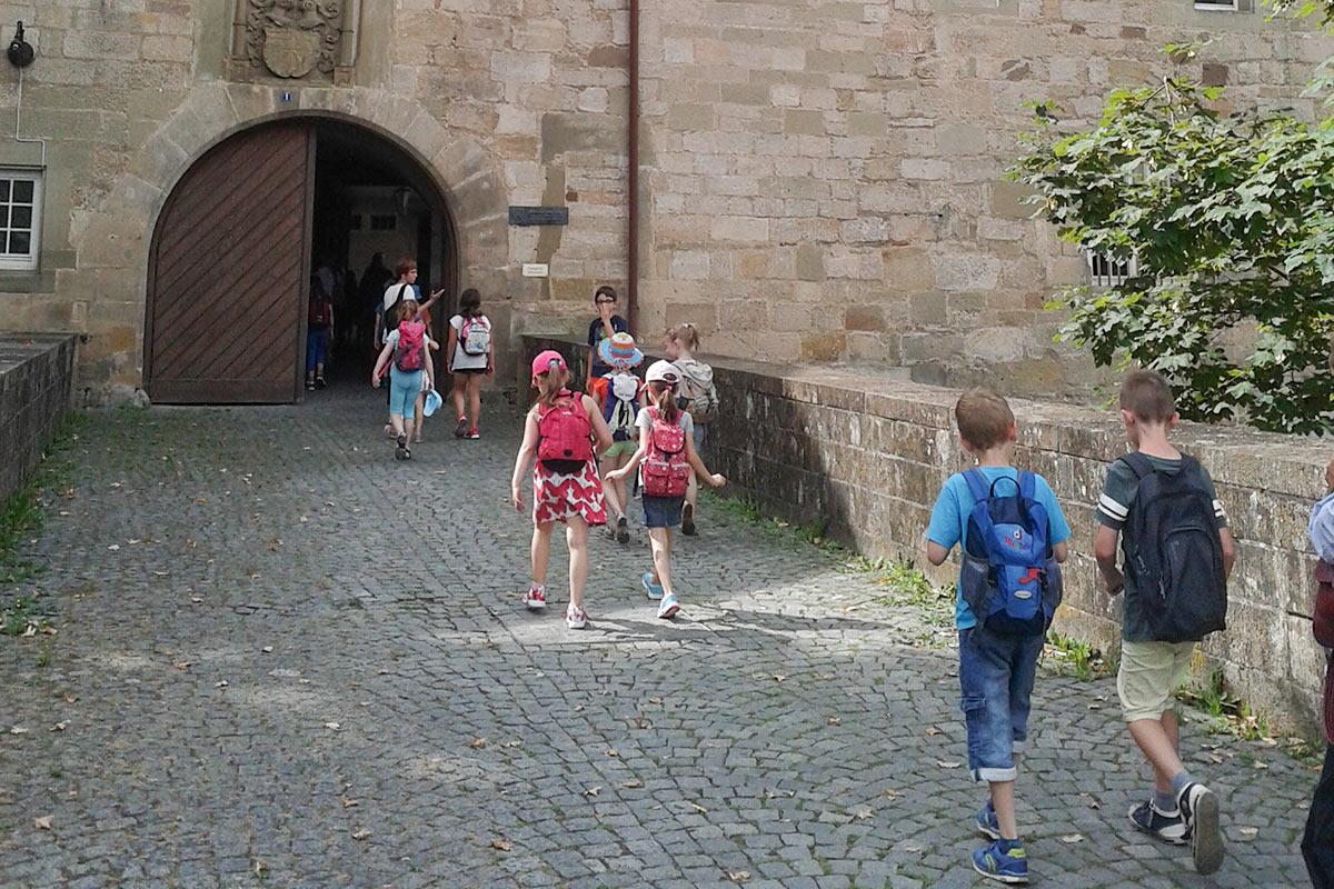 Kinder vor dem Schorndorfer Burgschloss