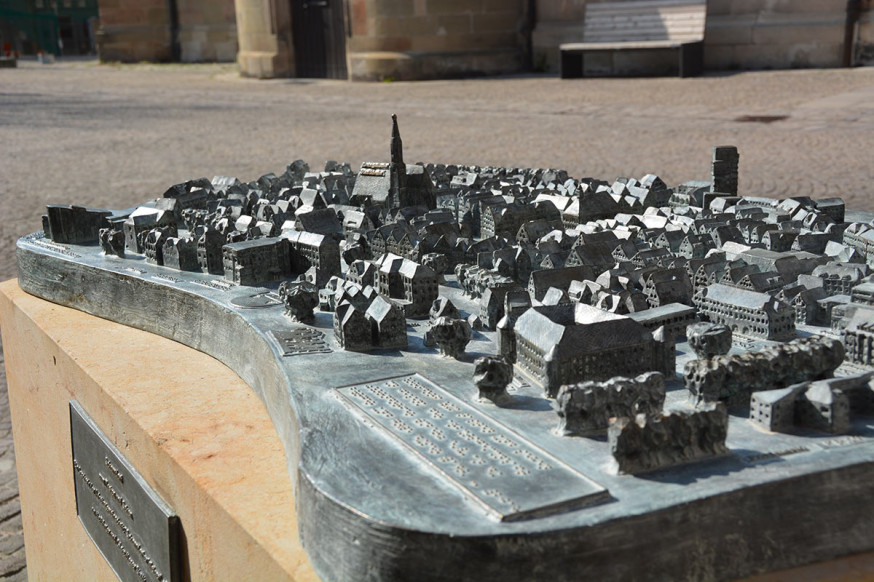 Das Tastmodell für Blinde und Sehende hat seinen Platz auf dem Kirchplatz.