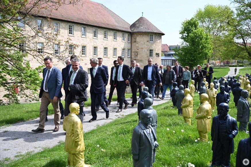 Politiker und Medienvertreter im Schlosspark
