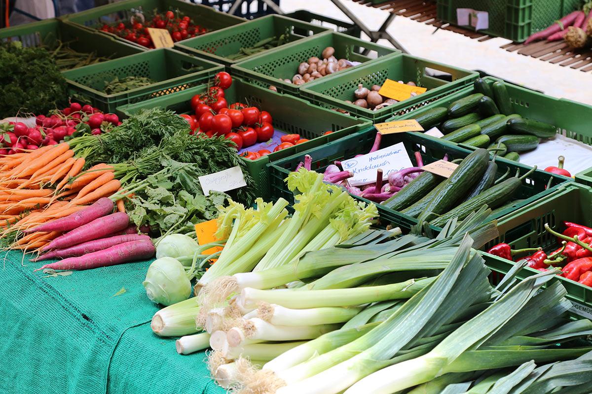 Gemüsestand auf dem Wochenmarkt