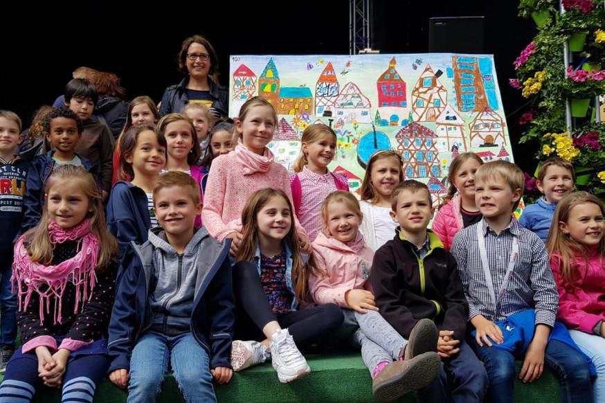 Die Klasse 2b der Schorndorfer Fuchshofschule durfte sich bei der Siegerehrung auf der großen Gartenschau-Bühne über den ersten Platz freuen.