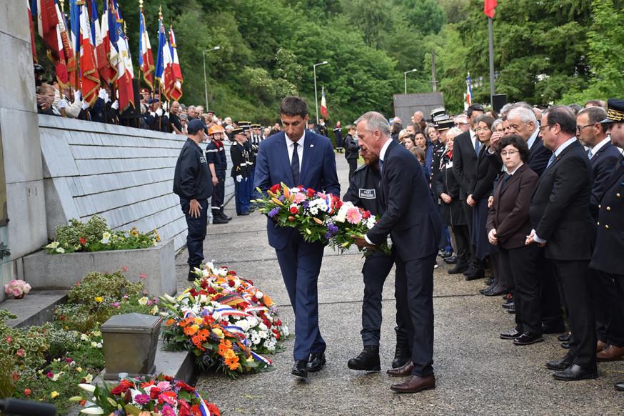 OB Matthias Klopfer und sein Tuller Amtskollege Bernard Combes legen am Mahnmal in Tulle ein Blumengesteck nieder.