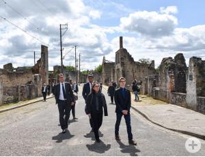 Die ehemalige Hauptstraße des Dorfs Oradour-sur-Glane. Heute sind die Ruinen Mahnmal für die Verbrechen des Nationalsozialismus.