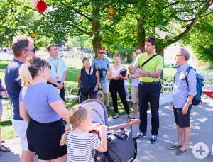 Oberbürgermeister Matthias Klopfer im Gespräch mit Bürgerinnen und Bürgern.
