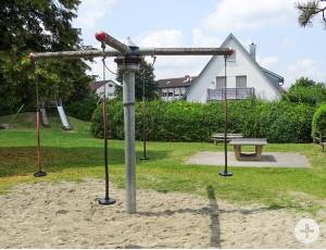 Rutschen und klettern stehen ebenso auf dem Spielplatzprogramm wie das Durch-die-Luft-Wirbeln.