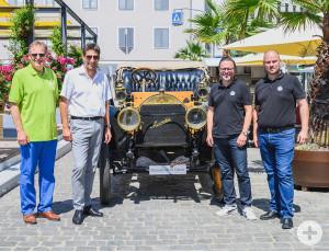 Schwäbisch Gmünds OB Richard Arnold und Schorndorfs OB Matthias Klopfer (v.l.) präsentieren mit Thomas Schwarz und Benedikt Weiler vom Mercedes-Benz Museum den Simplex.