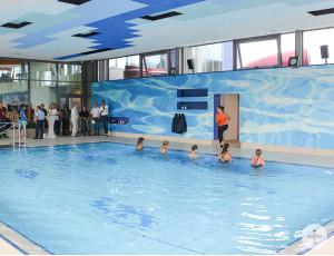 Erste Trainingsstunde im neuen Lehrschwimmbecken: Fünf mutige Gäste springen sich auf den Trampolinen ein.