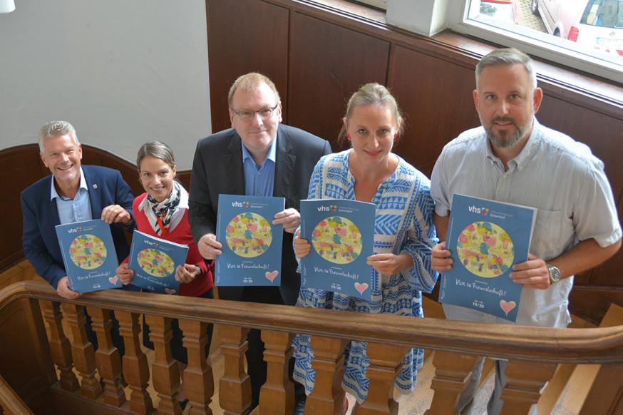 Edgar Hemmerich, Bettina Herrmann, Oliver Basel, Carmen Wirth und Daniel Dietrich präsentieren das neue Programm der VHS.
