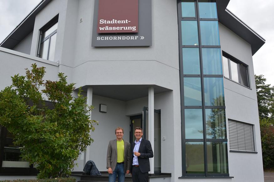 Herbert Schuck und Thorsten Englert vor dem neuen Betriebsgebäude.