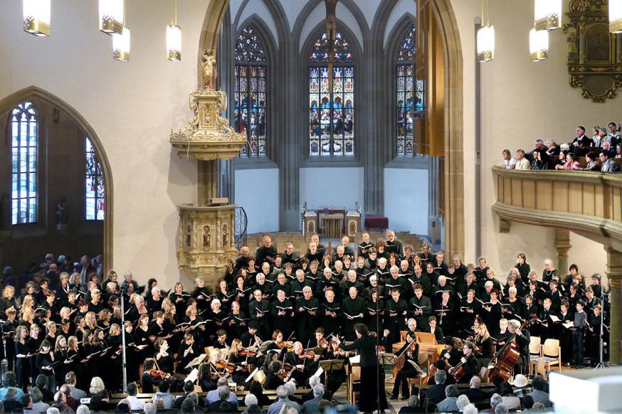 Die Kantorei und Jugendkantorei in der Stadtkirche.